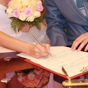 О смене фамилии после замужества: стоит ли менять, можно ли оставить свою